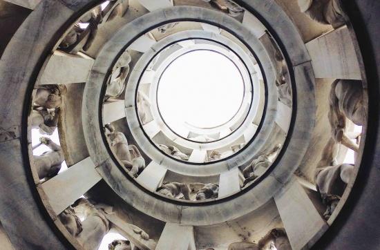 Vista interna dell'edicola Bernocchi costituita da una spirale che sale verso il cielo e decorata da 176 sculture