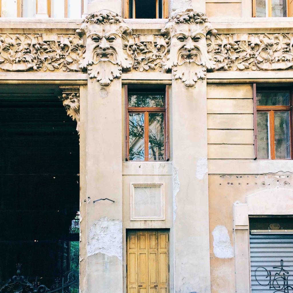 Via Tigor 12 veduta del palazzo esterna particola della decorazione