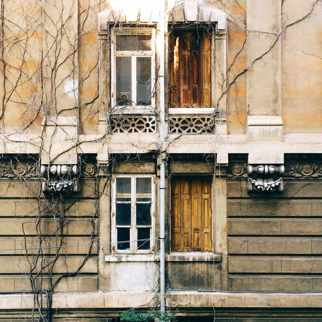 Via Tigor 12 particolare della facciata dell'edificio abbandonato