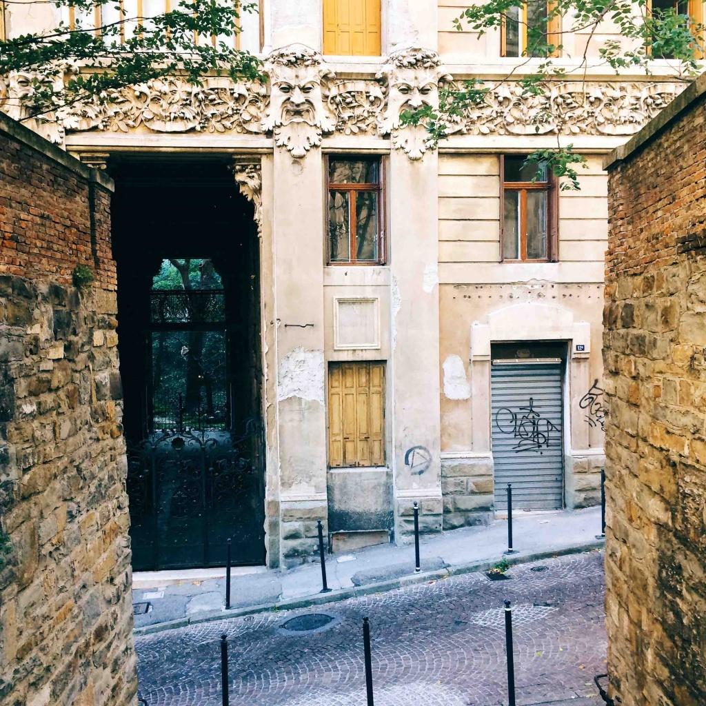 Via Tigor 12 veduta del palazzo dal marciapiede opposto