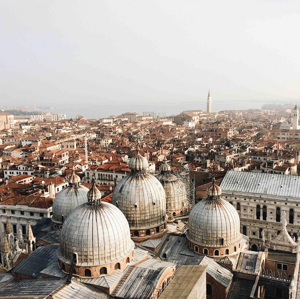 Venezia dall'alto dalla cima del Campanile di San Marco, in primo piano le cupole della basilica