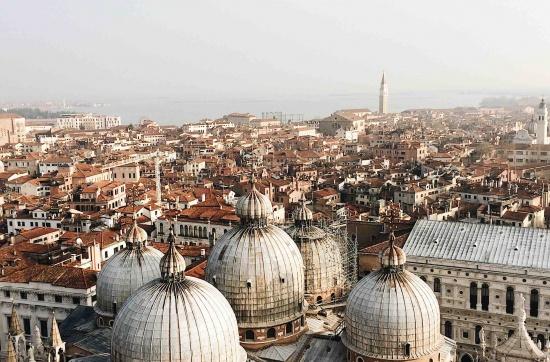 La vista su Venezia dalla cima del Campanile di San Marco, in primo piano le cupole della basilica