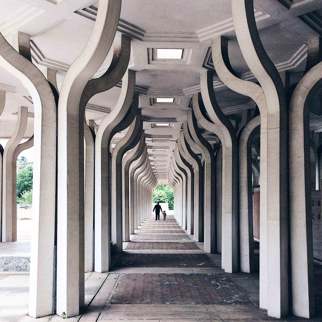 Visuale prospettica del colonnato esterno della Moschea di Roma