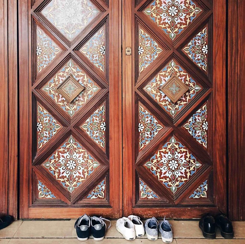 Le scarpe lasciate fuori dall'entrata della Moschea di Roma