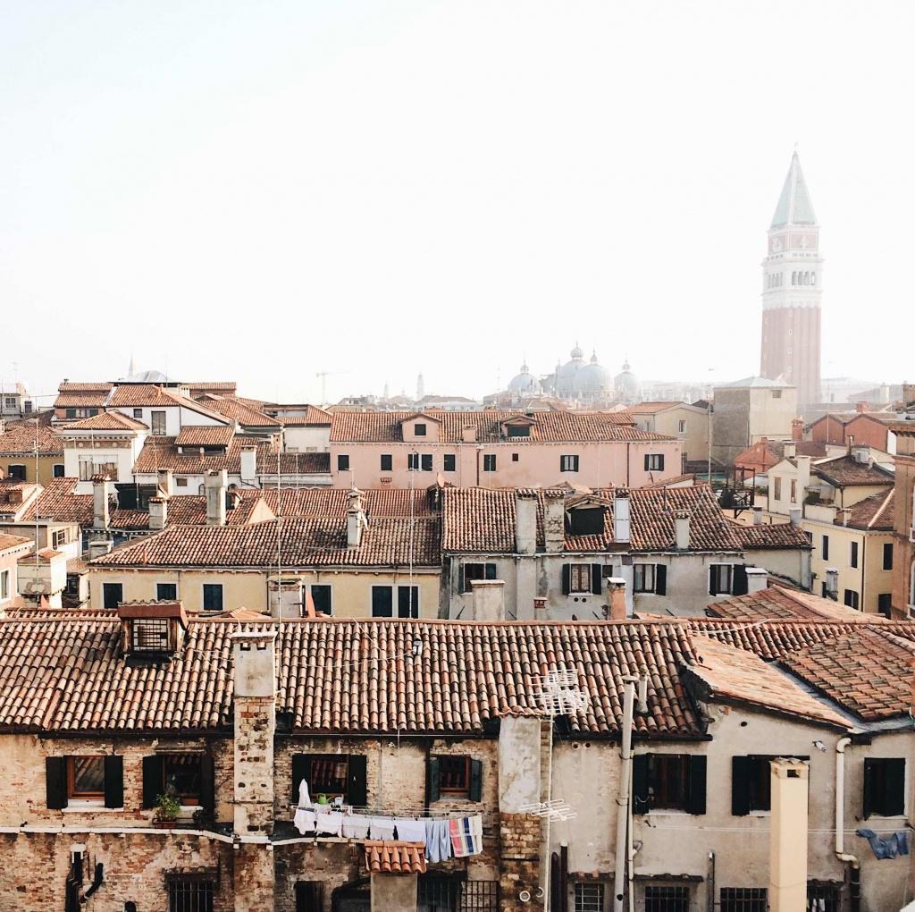 La vista del Campanile di San Marco dalla cima della Scala Contarini del Bovolo