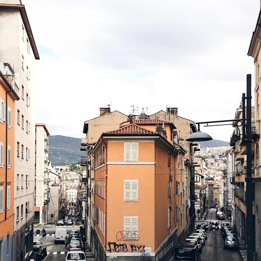 Una fila di case che dividono Via Vittoria da Via del Bosco