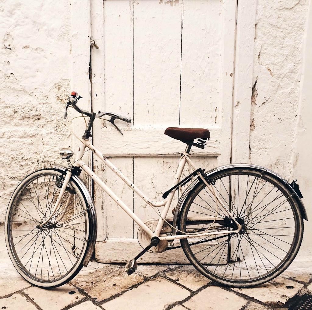 polignano a mare bicicletta bianca appoggiata ad un muro
