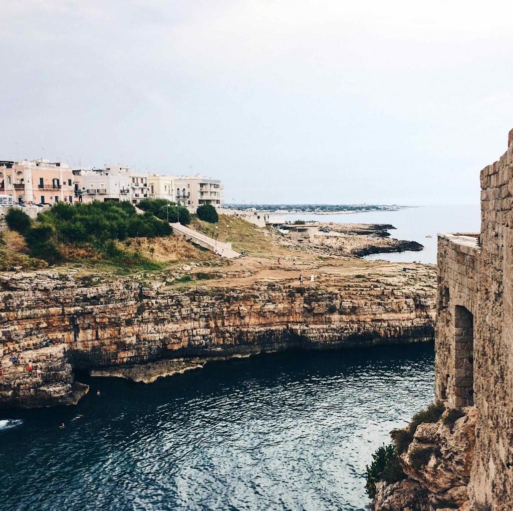 La scogliera di Cala Porto a Polignano a Mare