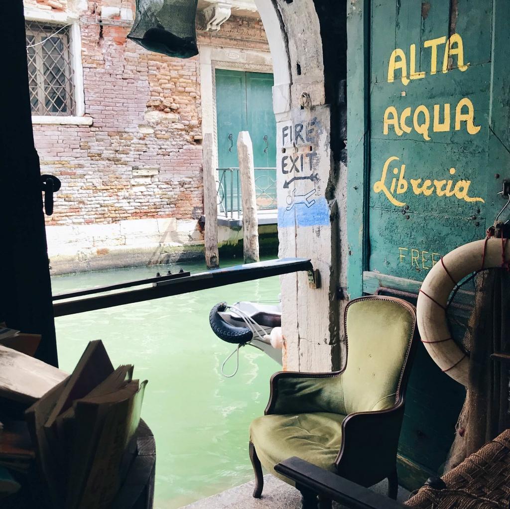 Libreria Acqua Alta a Venezia l'uscita di sicurezza