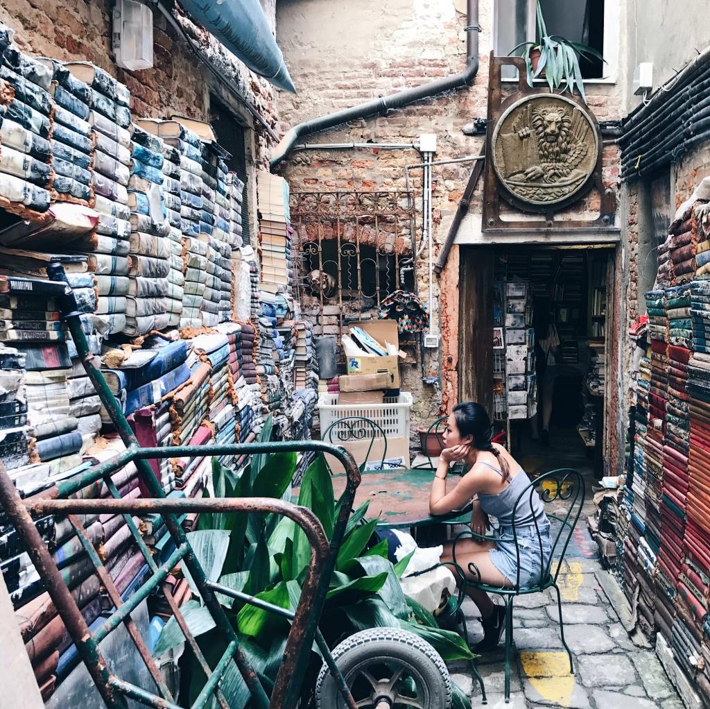 Libreria Acqua Alta a Venezia un cortile