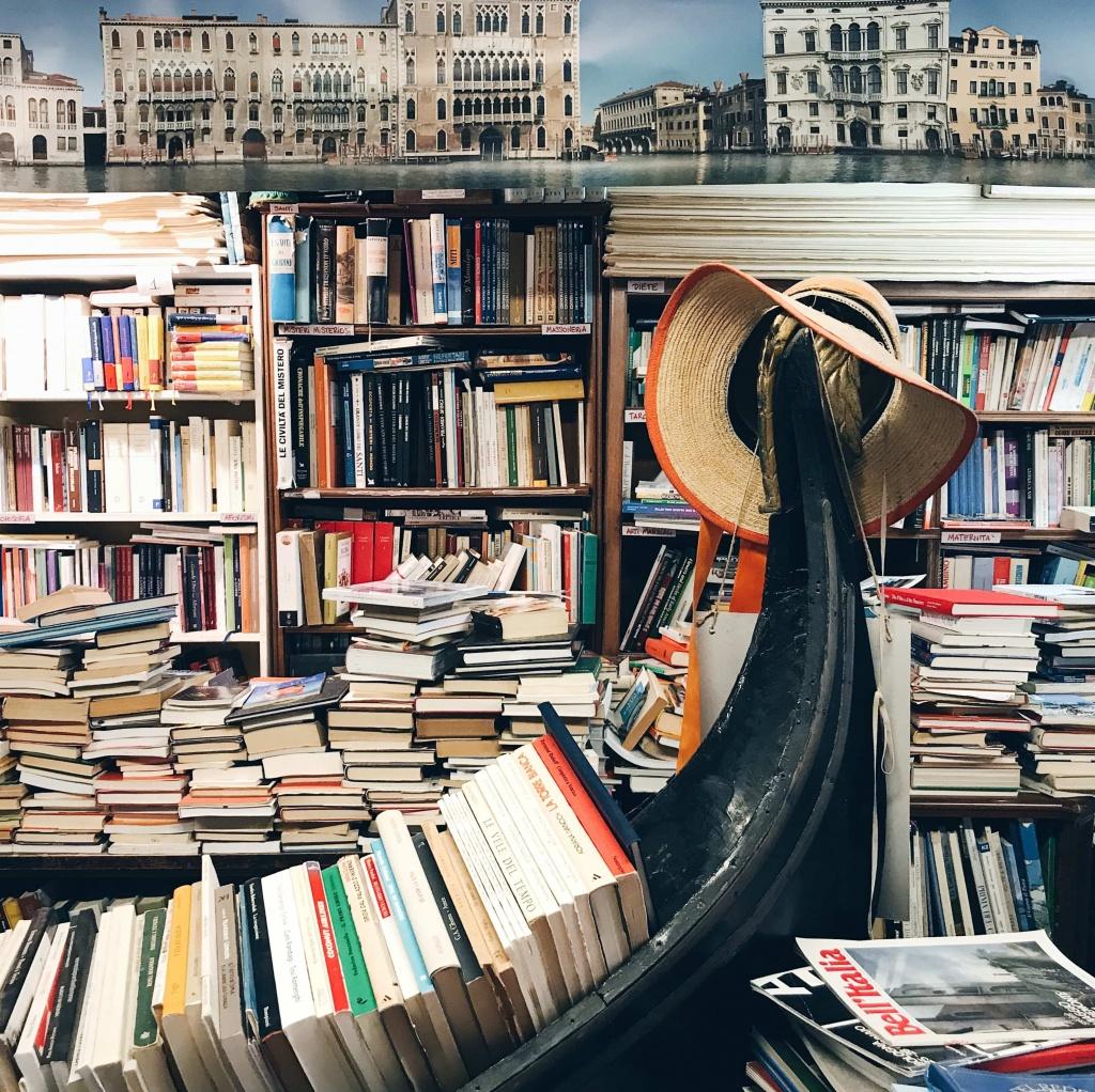 Libreria Acqua Alta a Venezia una gondola piena di libri