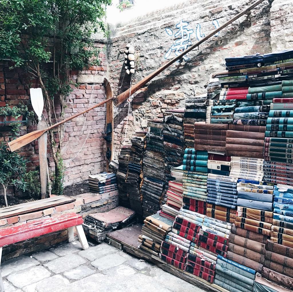 Libreria Acqua Alta a Venezia una scala di libri