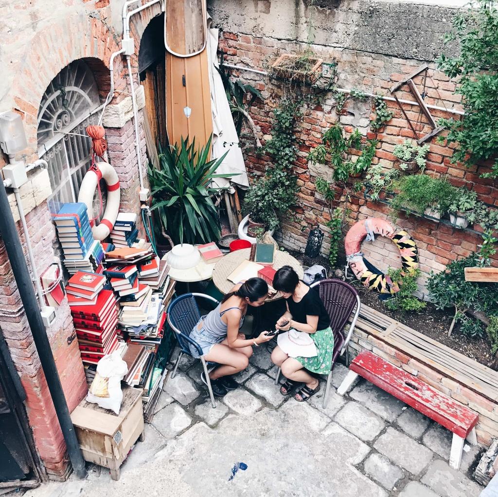 Libreria Acqua Alta a Venezia ragazze che chiacchierano