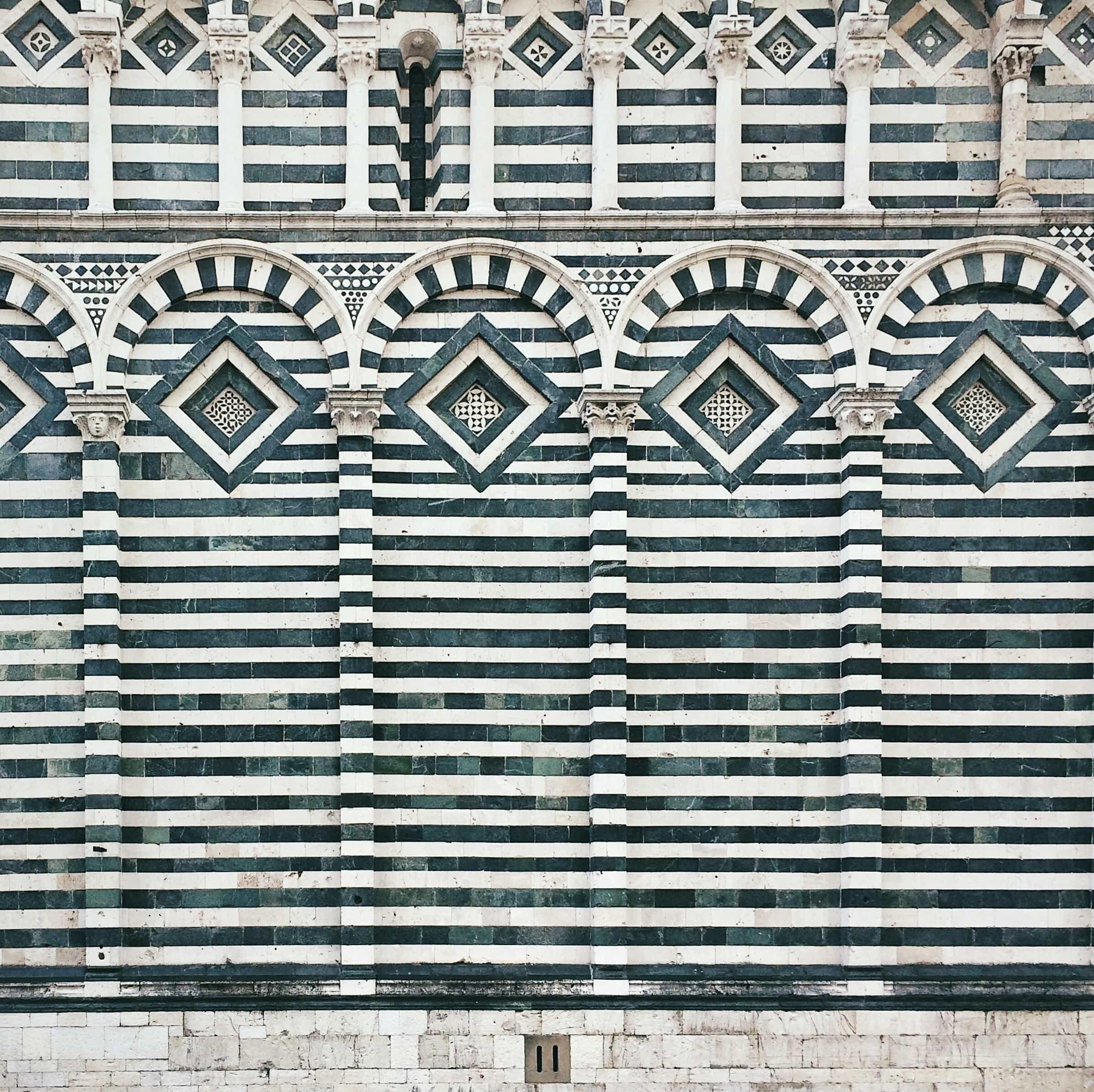 Particolare di una delle chiese zebrate di Pistoia