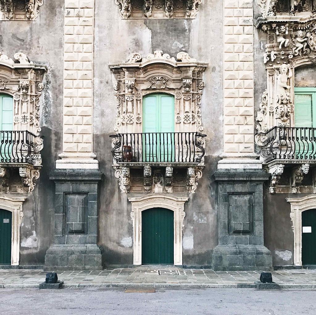 Facciata in stile barocco del Monastero dei Benedettini a Catania