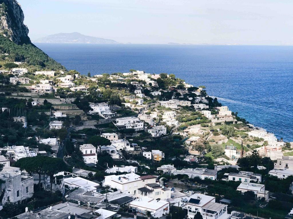Tour di Capri in autunno: panorama dalla piazzetta centrale di Capri