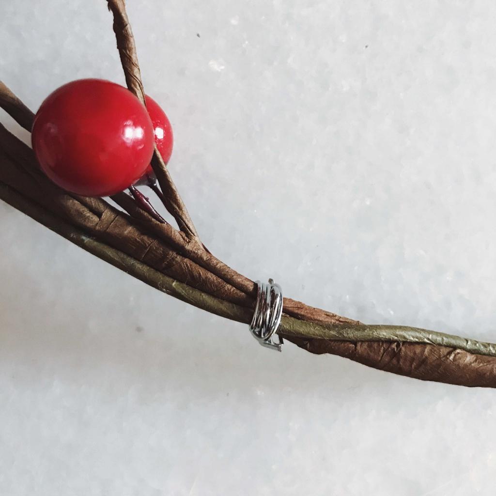 Come fare una ghirlanda natalizia in pochi minuti: usare il filo di ferro per fissare i rametti