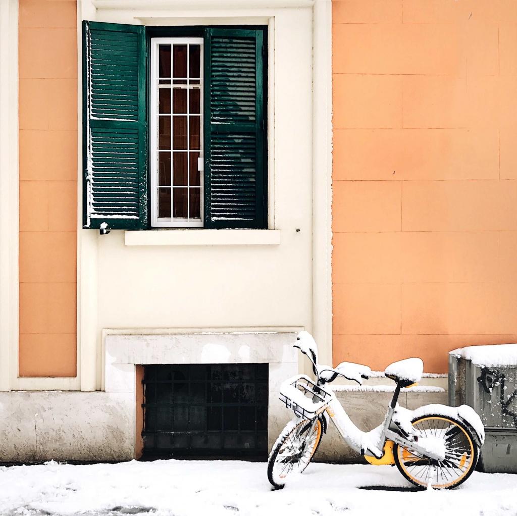 Neve a Roma: bici ricoperta di neve