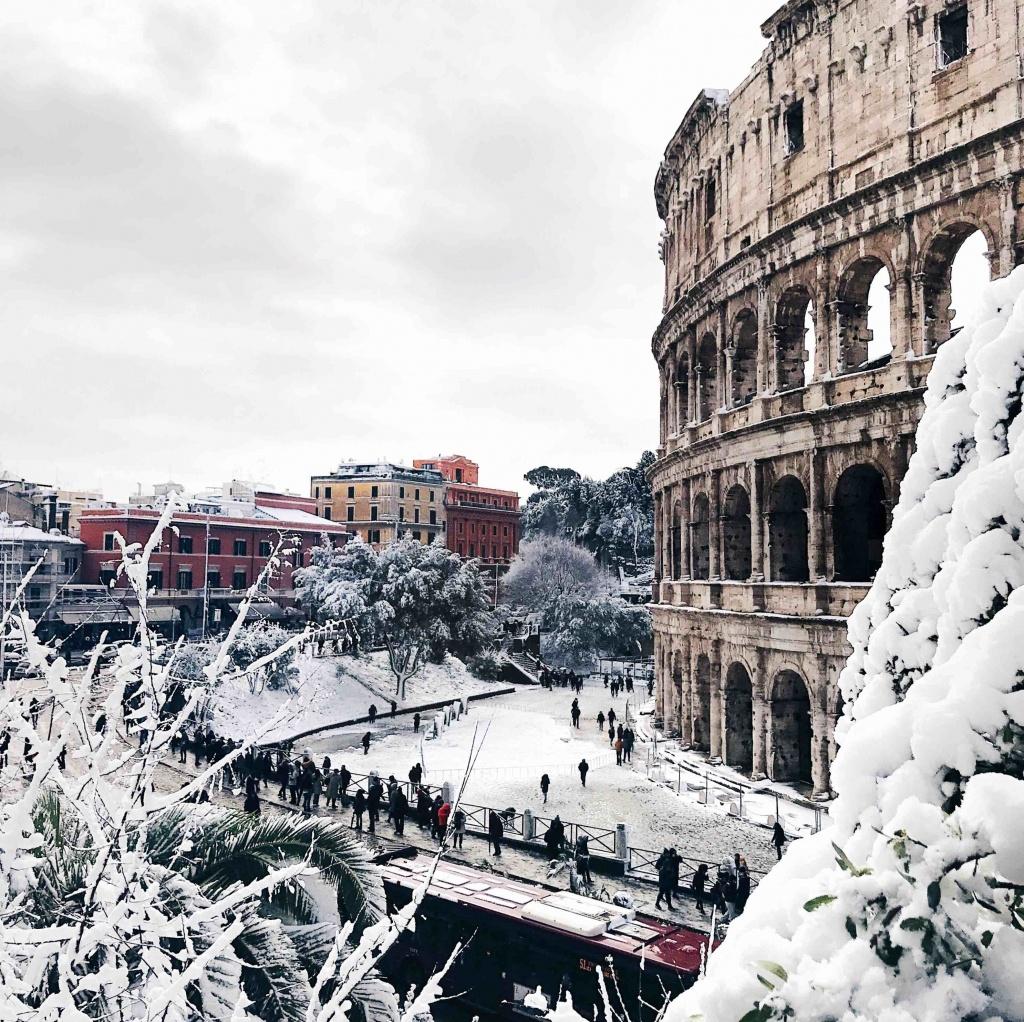 Neve a Roma: il Colosseo sotto alla neve
