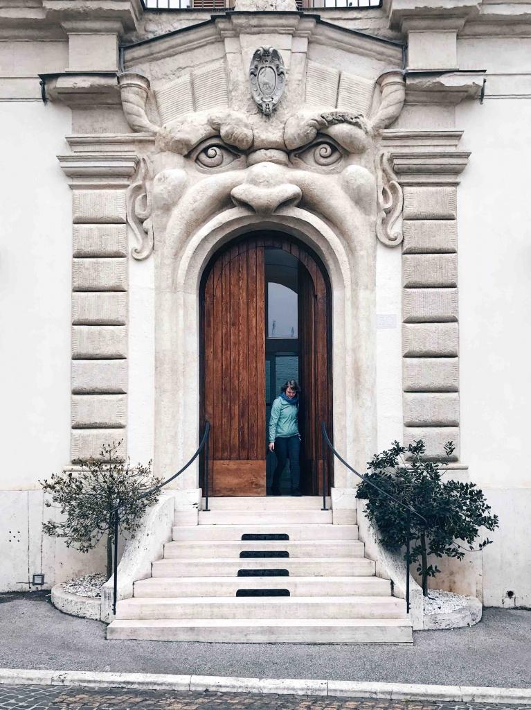 Palazzo Zuccari: l'entrata mostruosa con il famoso mascherone