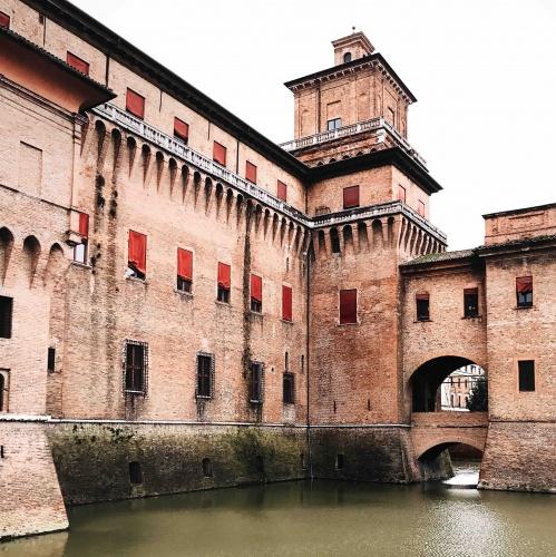 Ferrara in un giorno: giro in barca nel fossato del Castello Estense