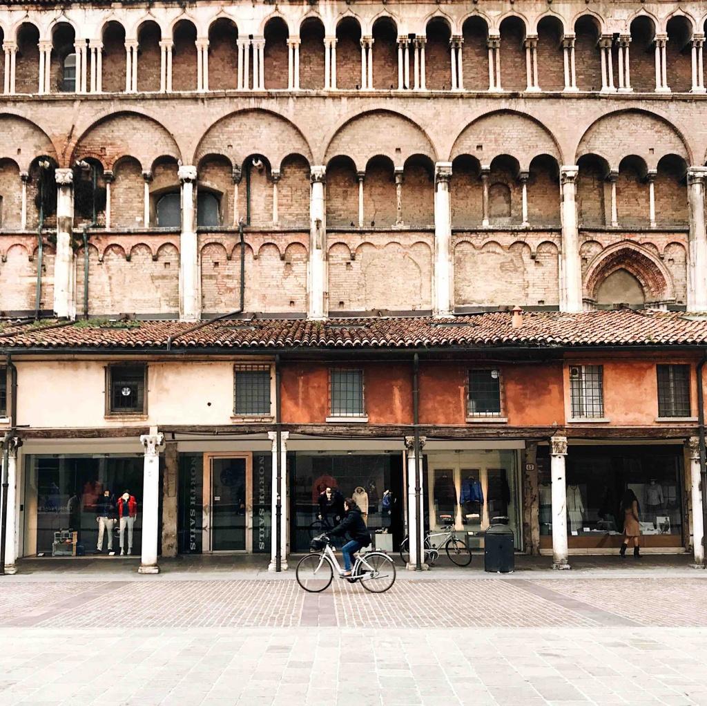 Ferrara in un giorno: Piazza Trento e Trieste la Loggia dei Merciai