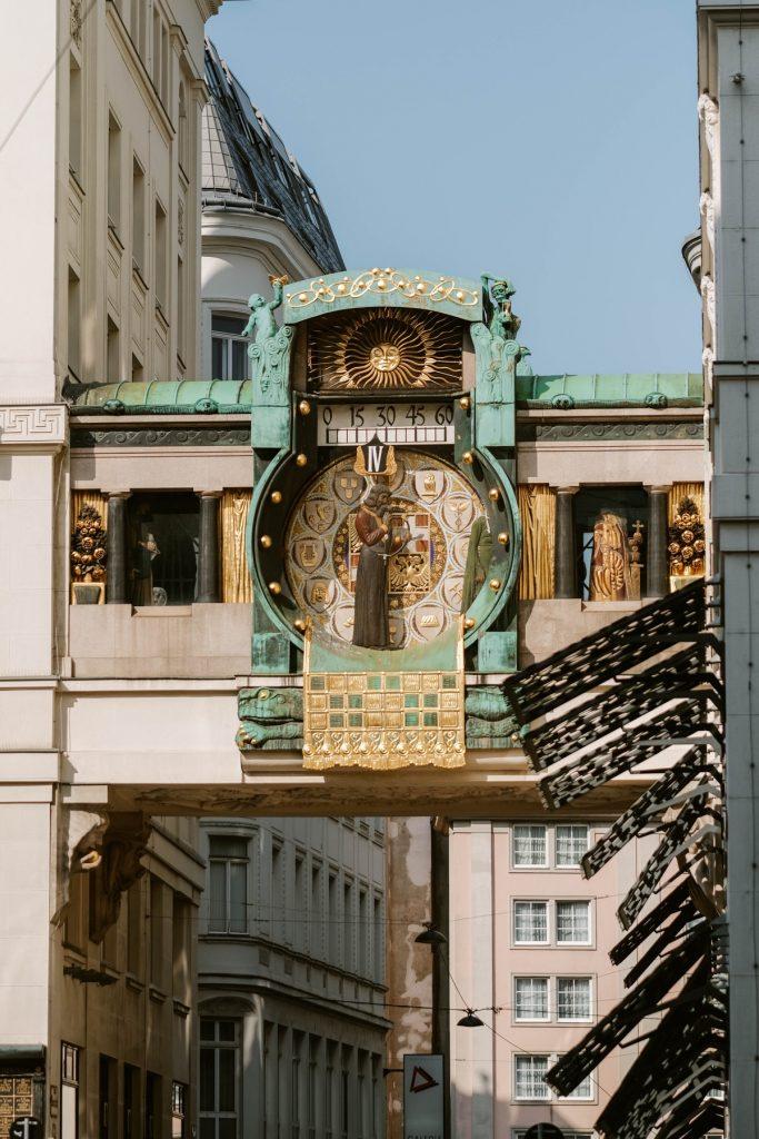 Cosa vedere a Vienna: orologio storico in stile liberty