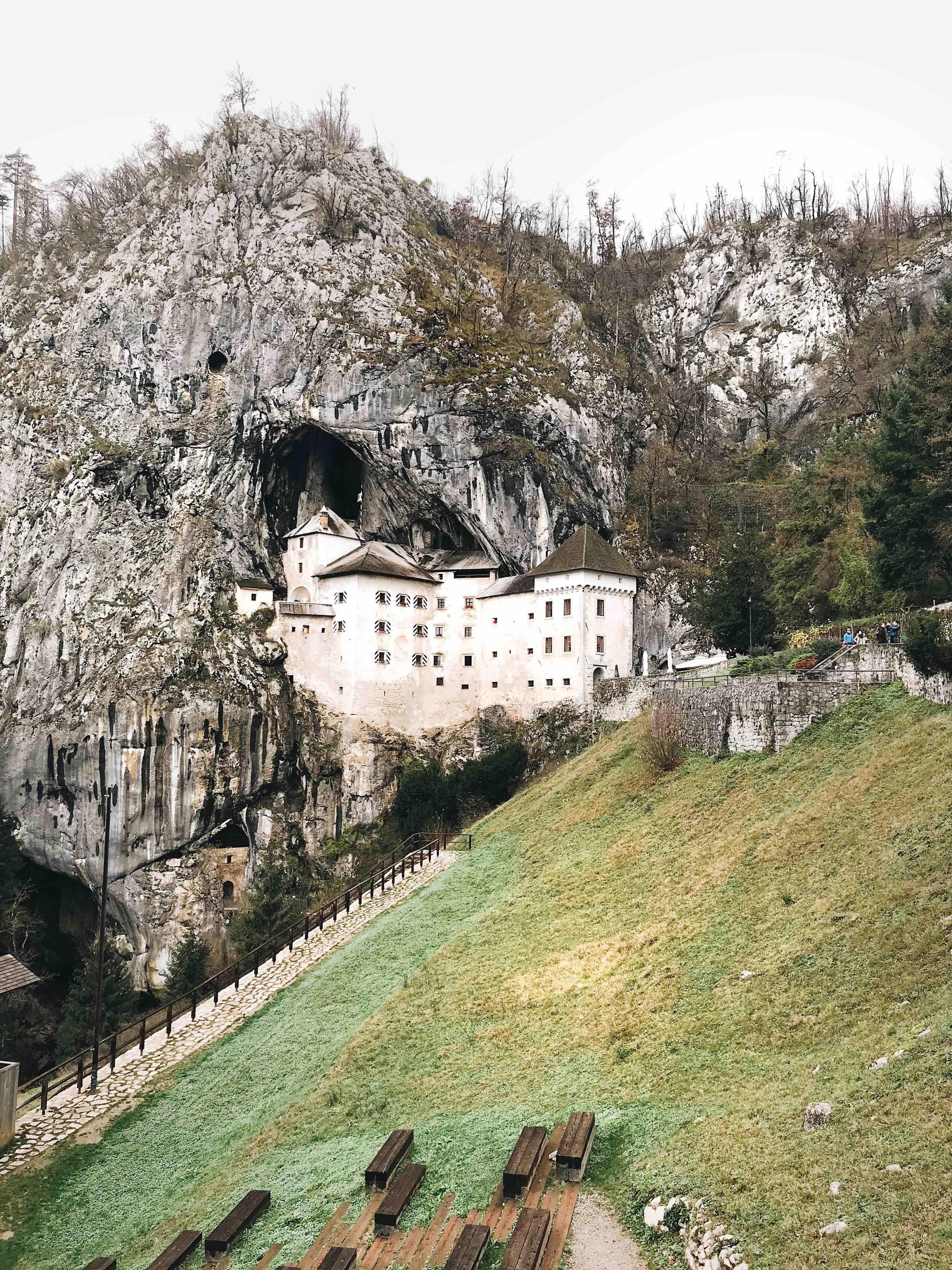 Il castello di Predjama a soli 9 km da Postumia