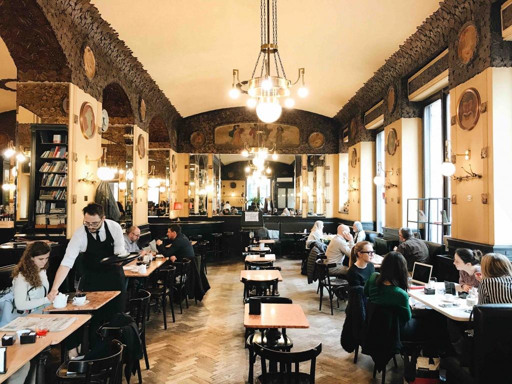 Tour dei caffè storici di Trieste: l'arredamento d'epoca del Caffè San Marco