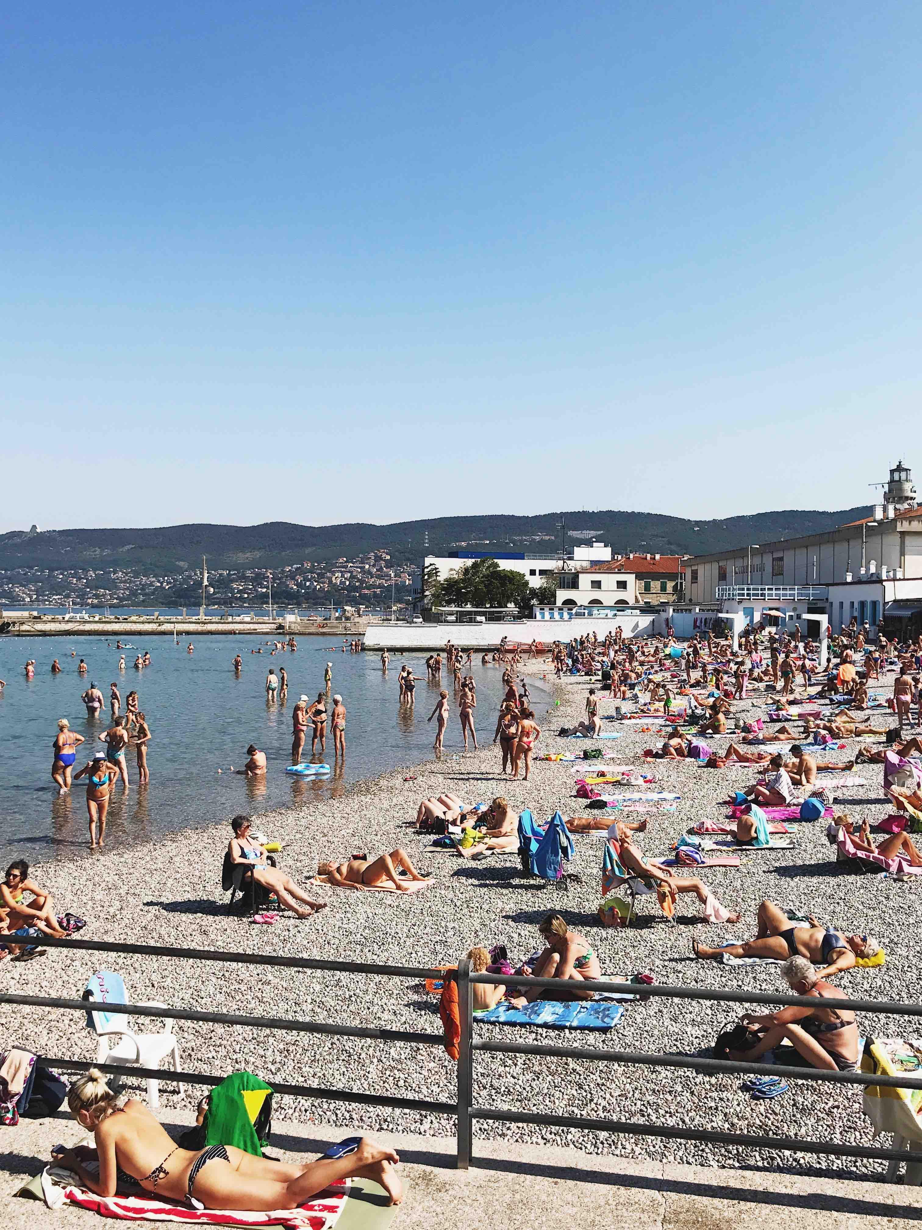 Al Pedocin di Trieste: la spiaggia in estate