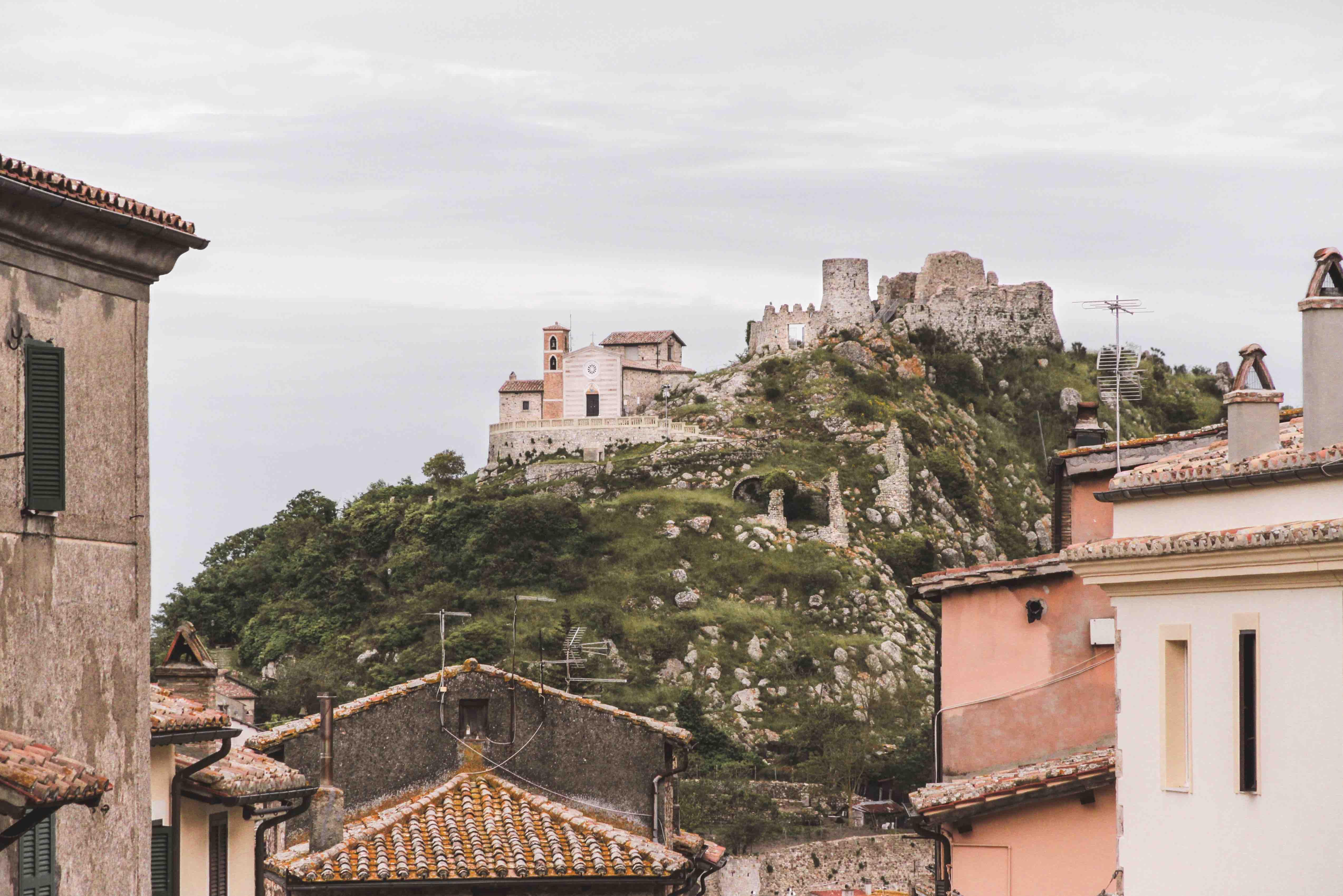 La rocca di Tolfa vista dal paese