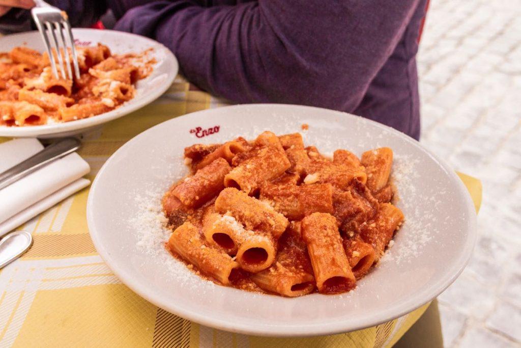piatto di pasta amatriciana in ristorante tipico di trastevere