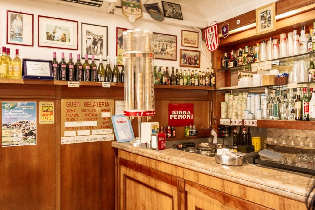 interno di bar con arredamento anni 50