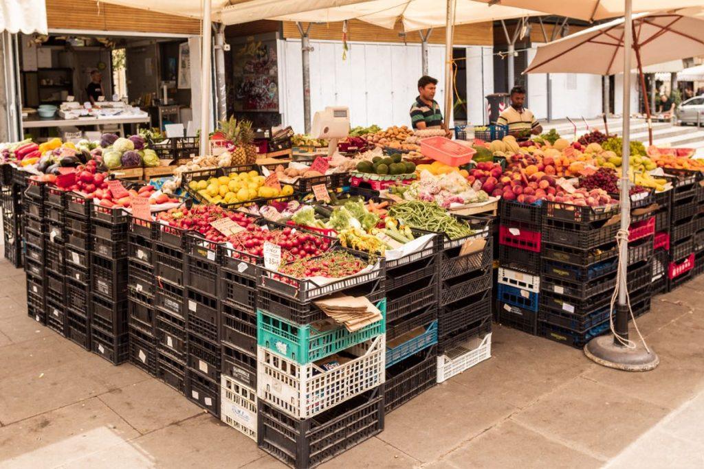 mercato con bancarelle di frutta e verdura