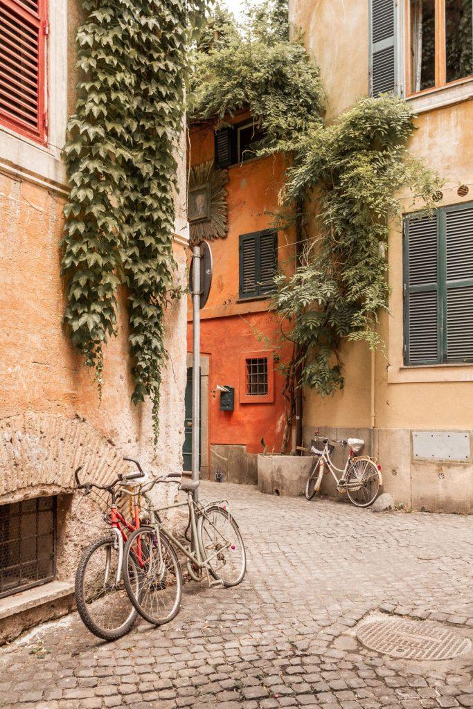 tipico vicolo di Trastevere con edere che scendono dalle case e bicicletta appoggiata al muro