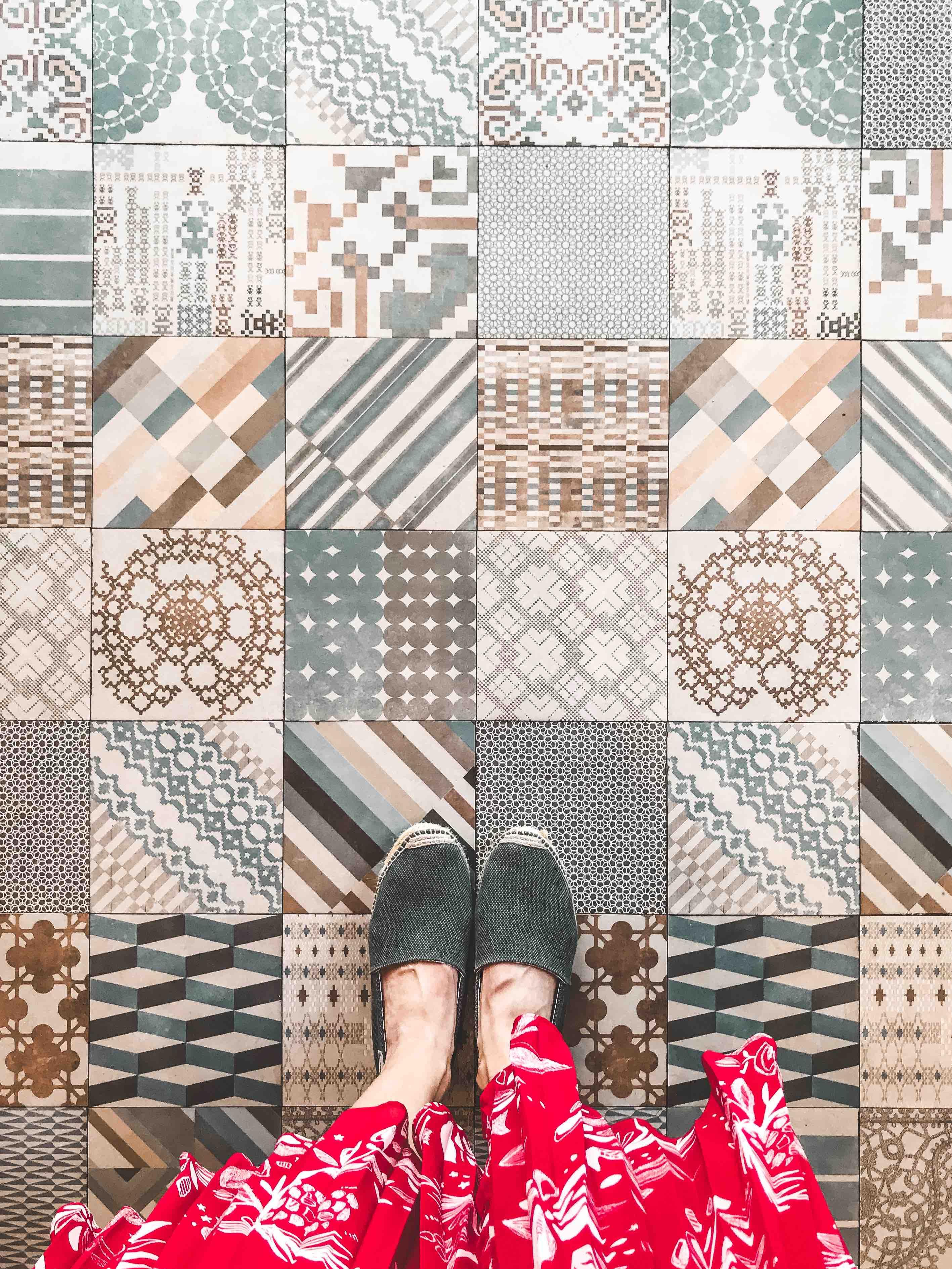 Pavimento di piastrelle colorate