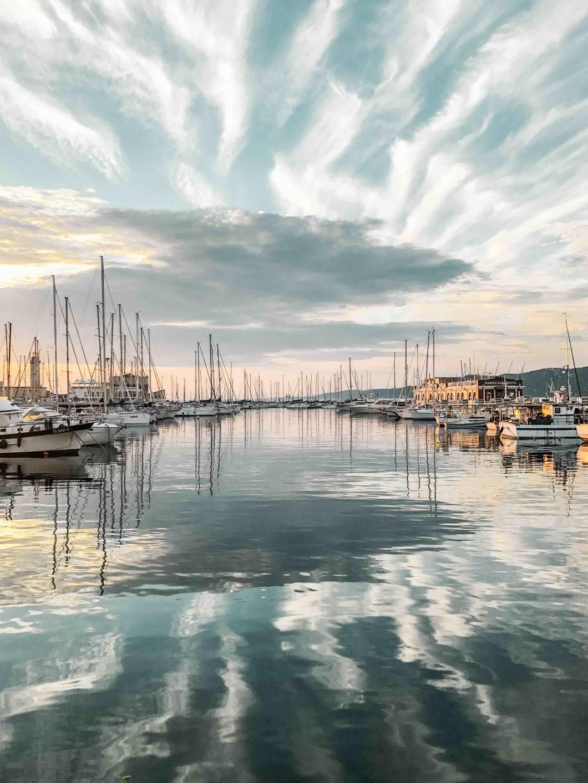Vista del mare al tramonto dalla vetrata di Eataly a Trieste