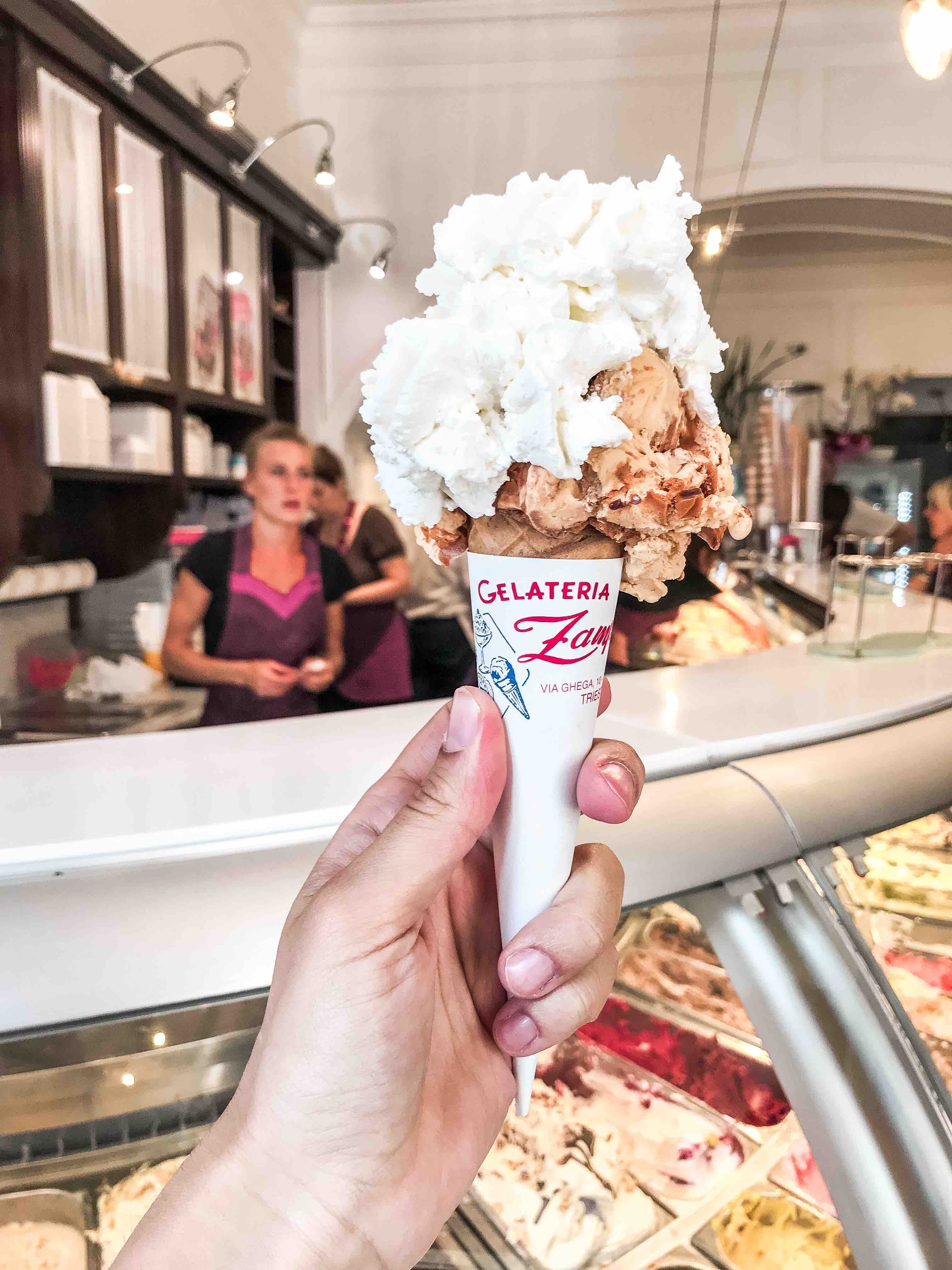 Il gelato più buono di Trieste: gelato della gelateria Zampolli in cono con panna