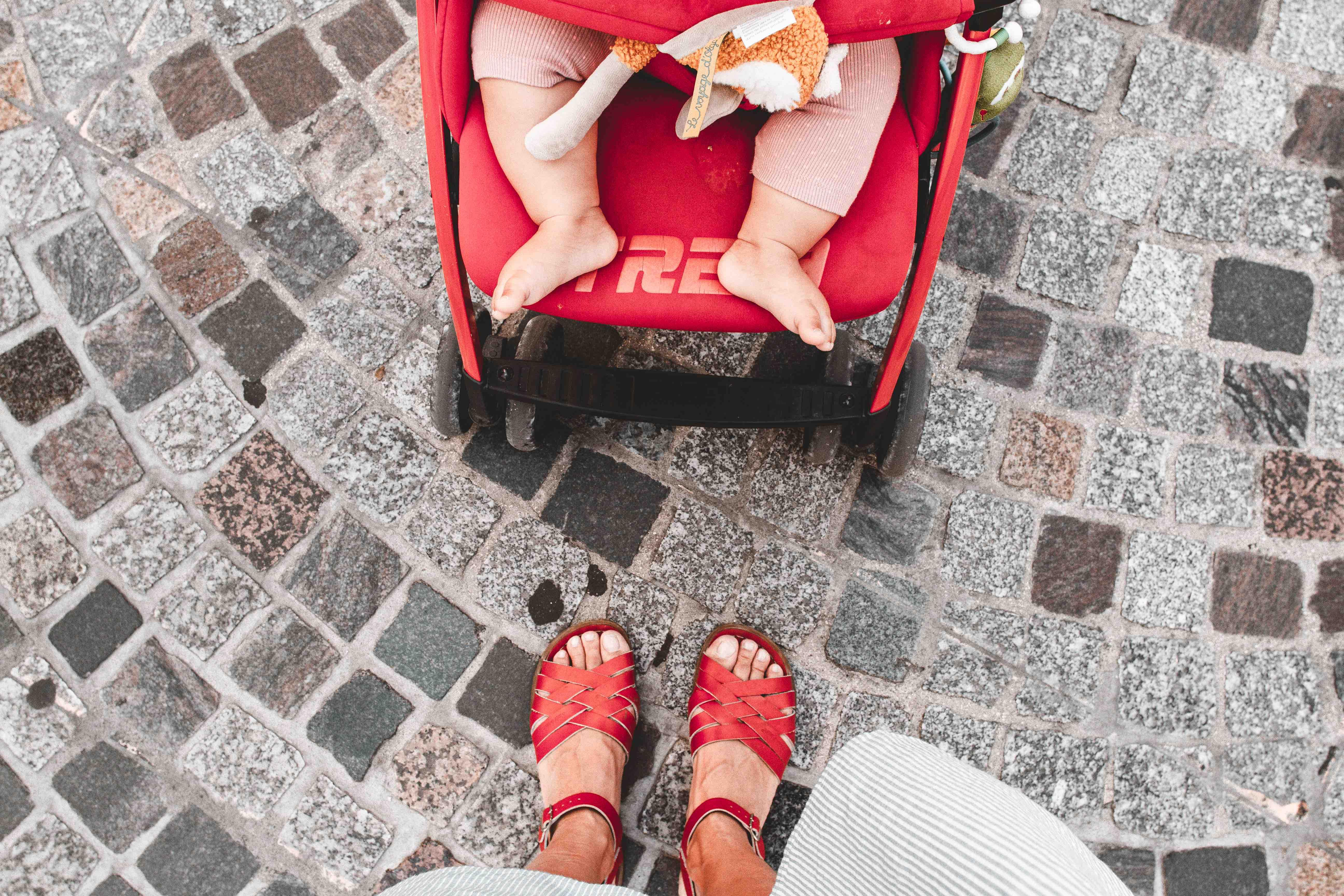 Dall'Italia all'Olanda in macchina: bambina dorme nel passeggino