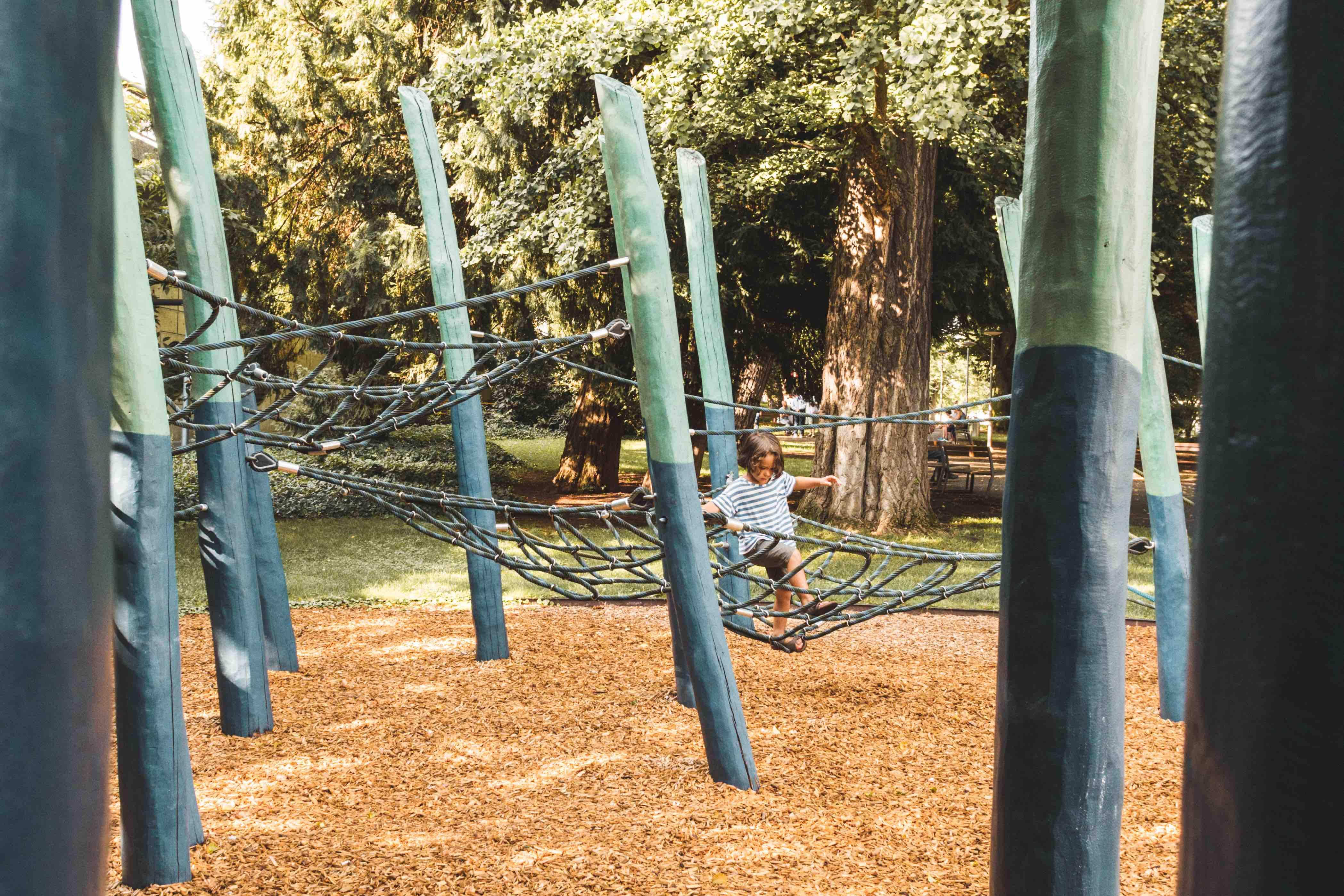 Bambino gioca al parco giochi