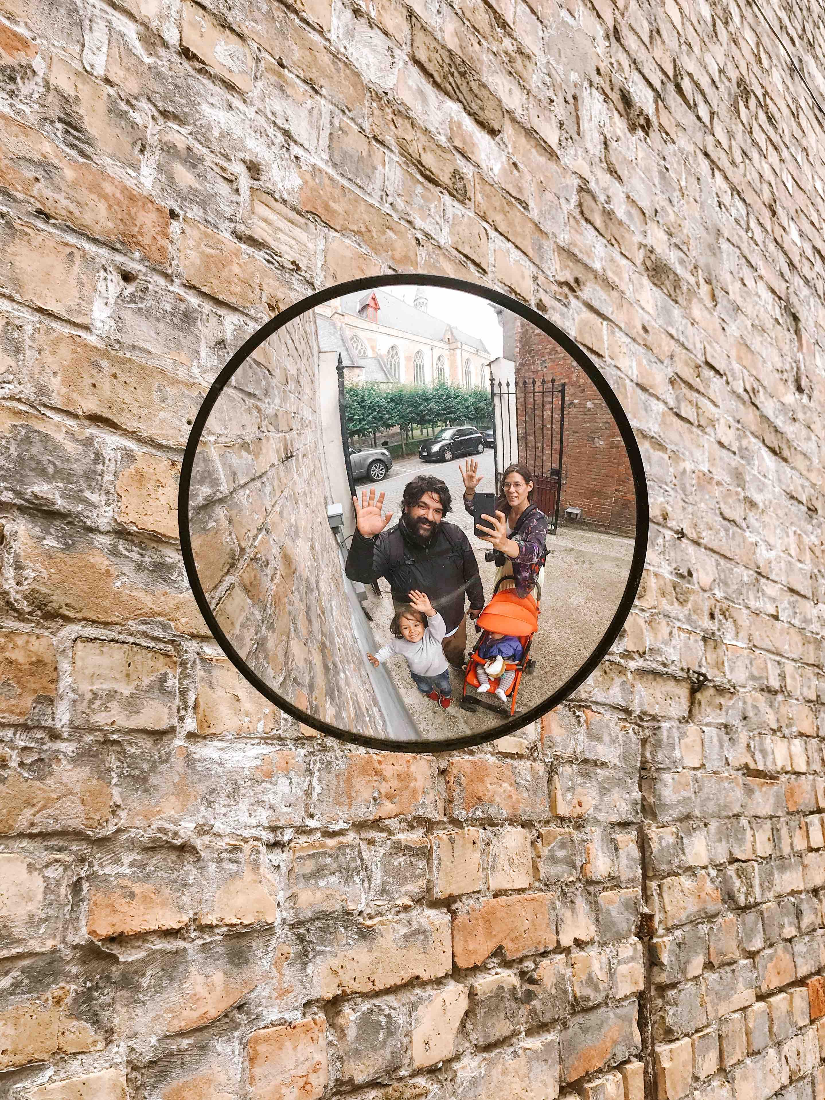 2 giorni a Bruges: famiglia che saluta