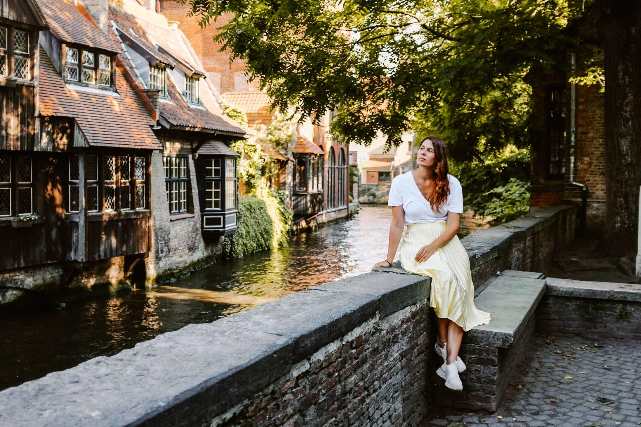 2 giorni a Bruges: Bonifatiusburg ragazza seduta su muretto