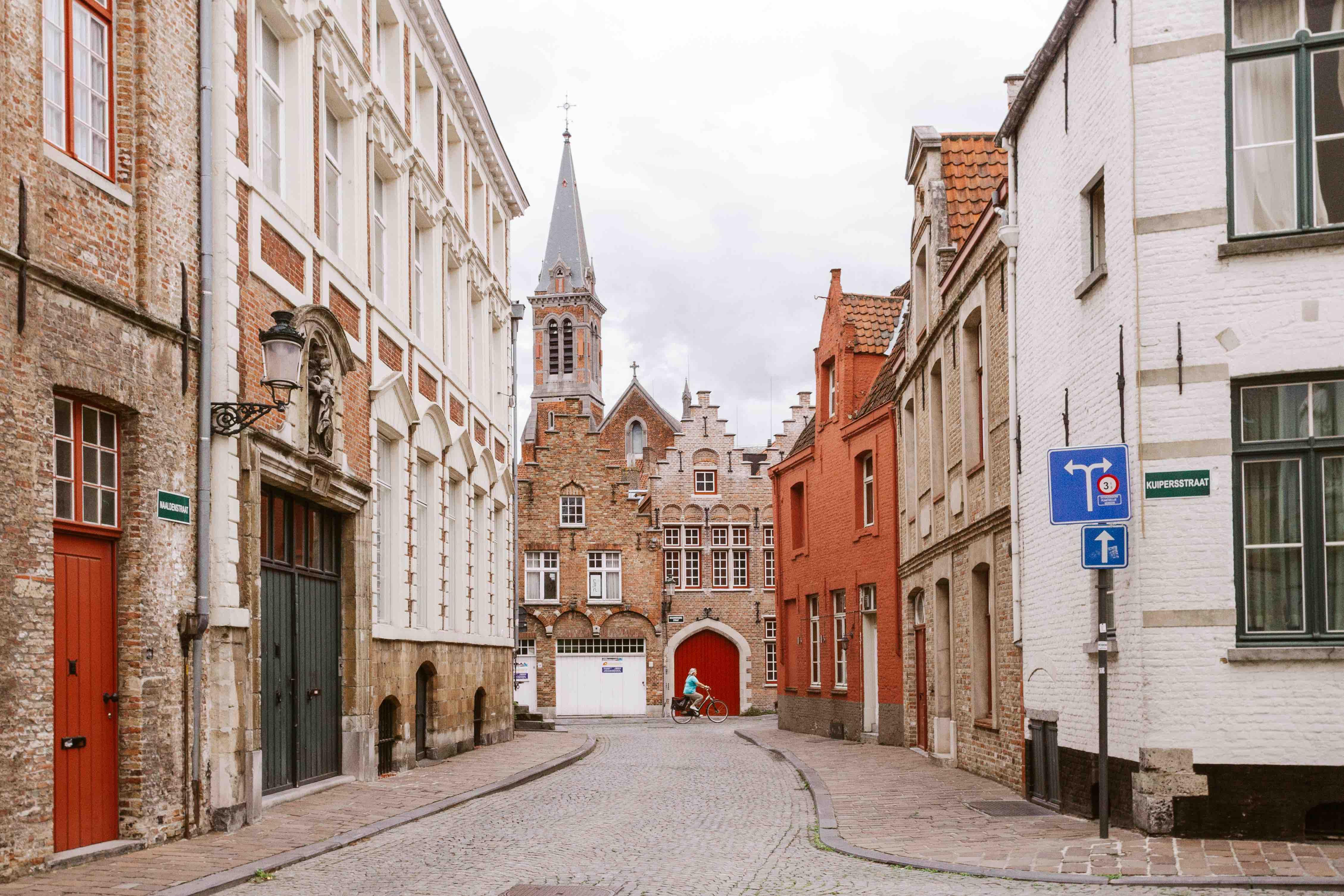 2 giorni a Bruges: vicolo nascosto con signora in bicicletta