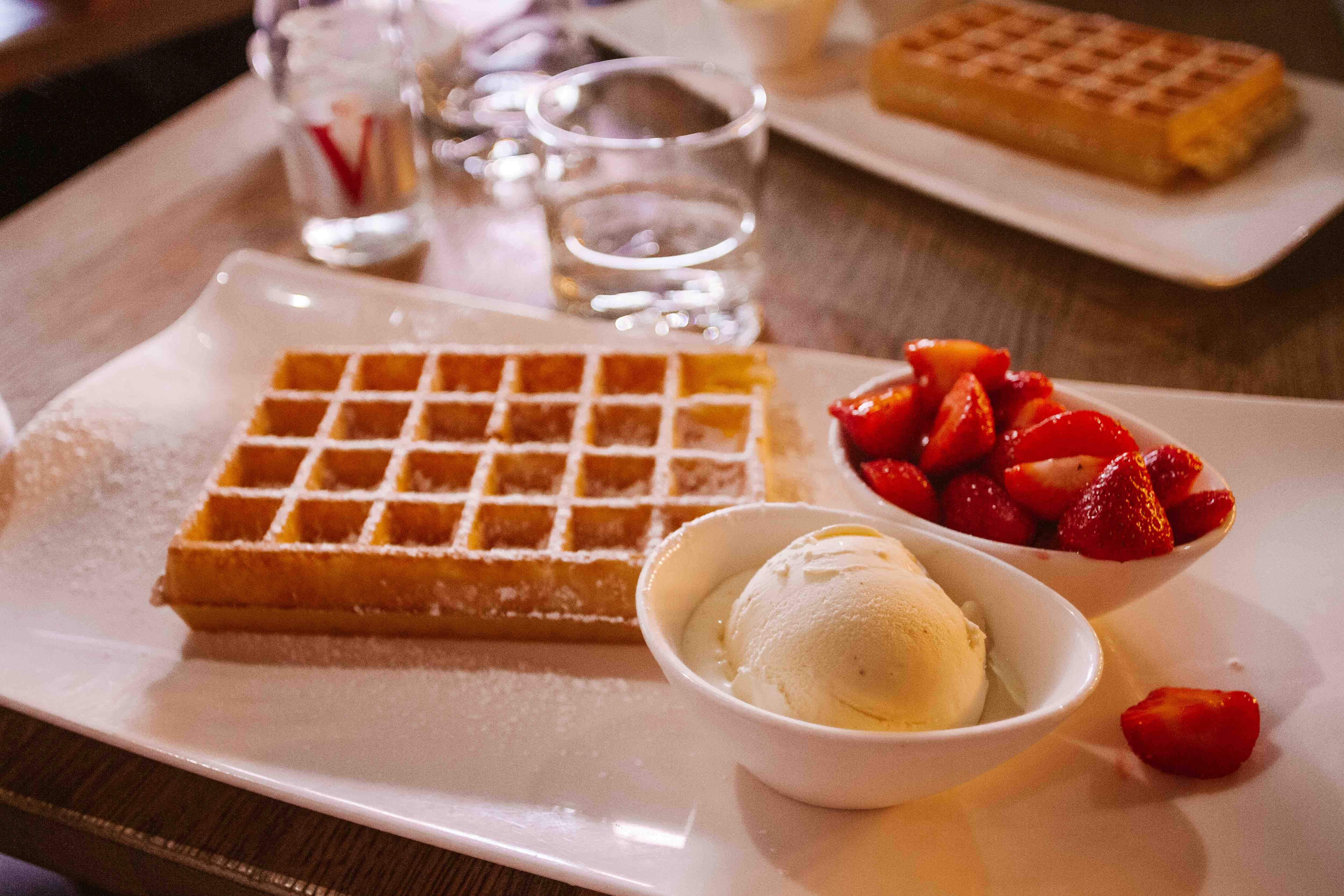 Waffles con gelato alla vaniglia e fragole