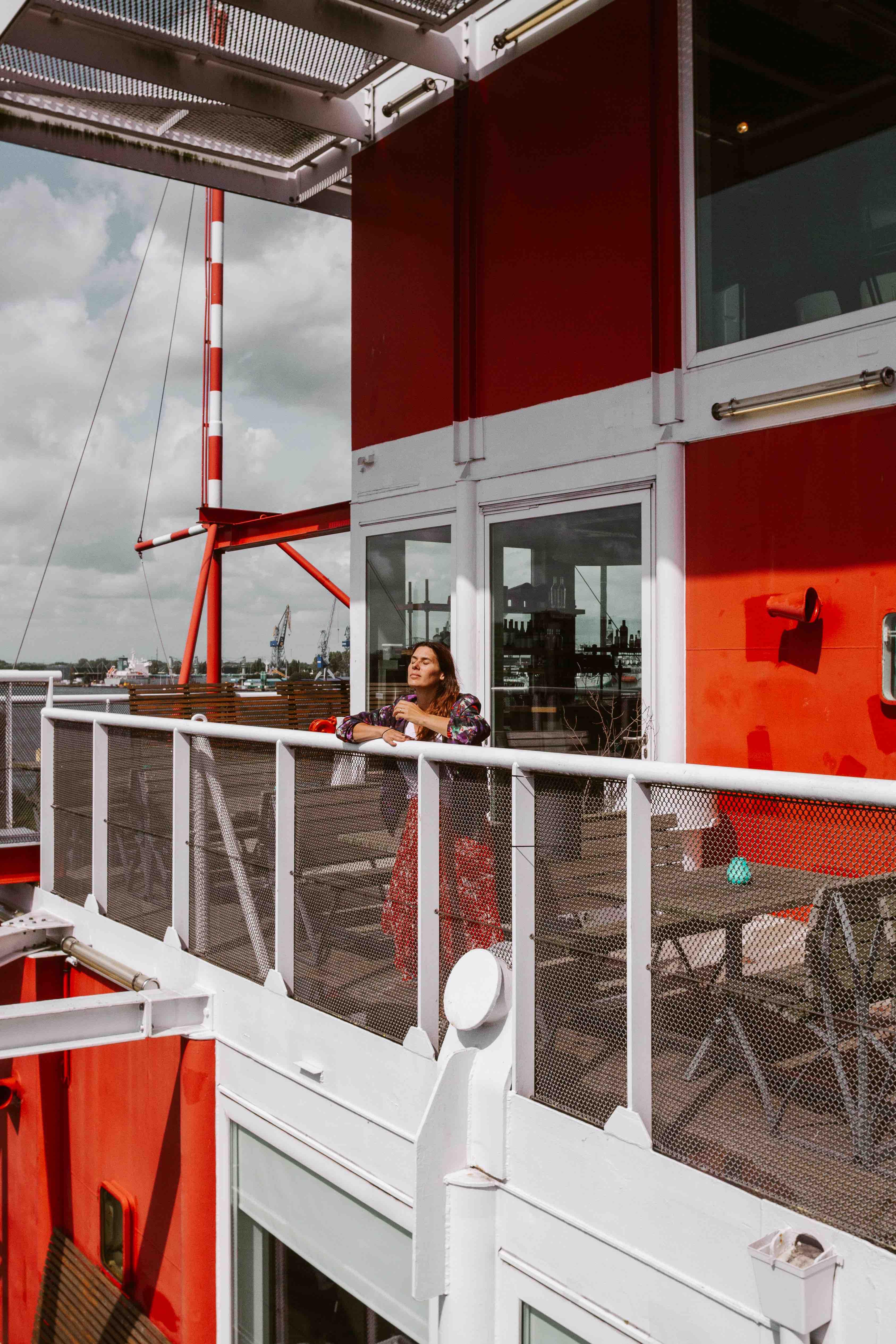 29 cose da fare ad Amsterdam: ragazza sotto al sole su piattaforma
