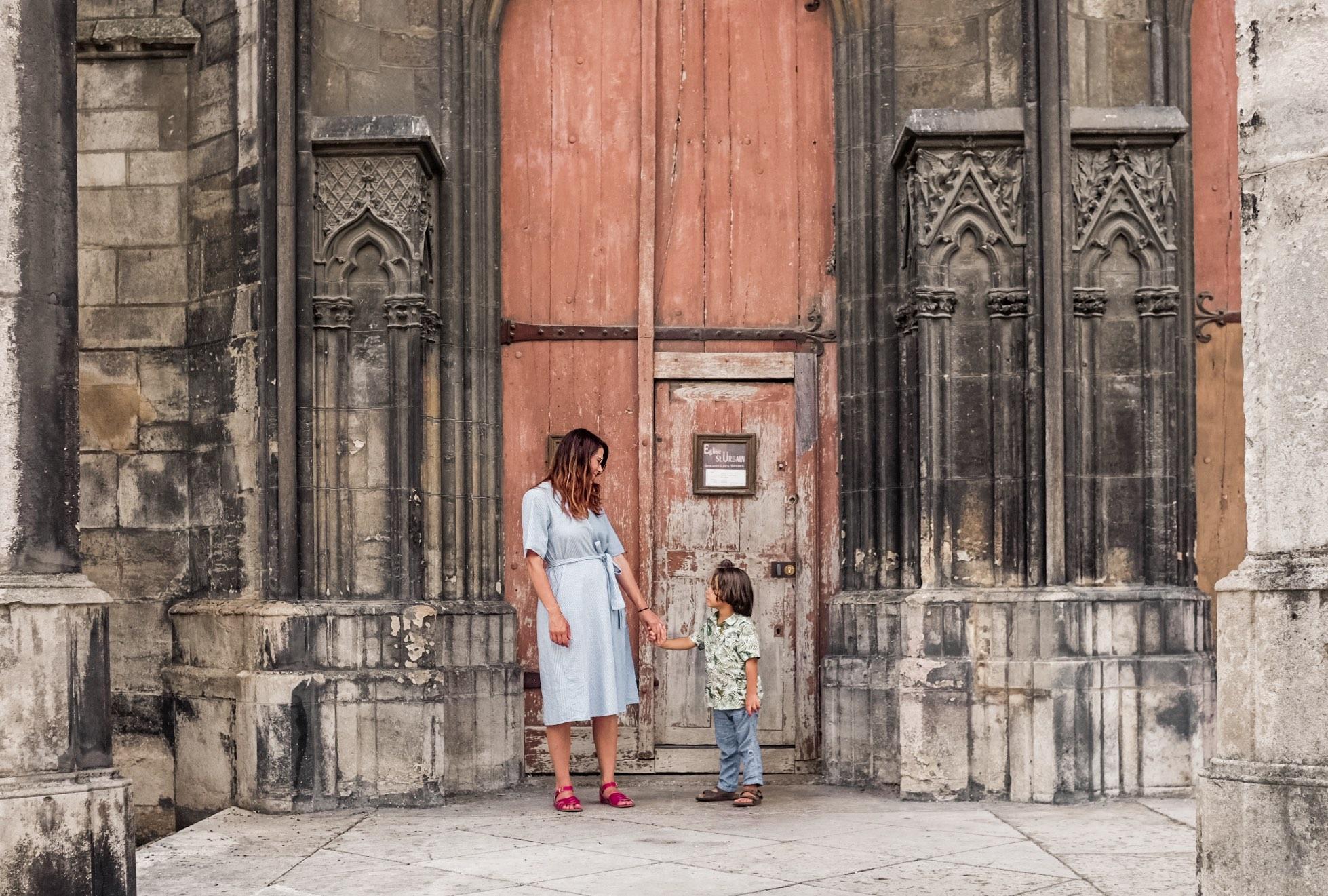 Visita a Troyes: mamma e figlio davanti a chiesa gotica