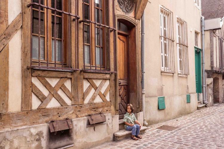 Visita a Troyes: bambino seduto su gradini