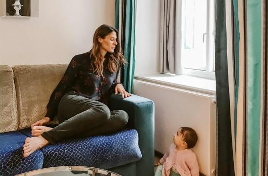 mamma e bambina in albergo