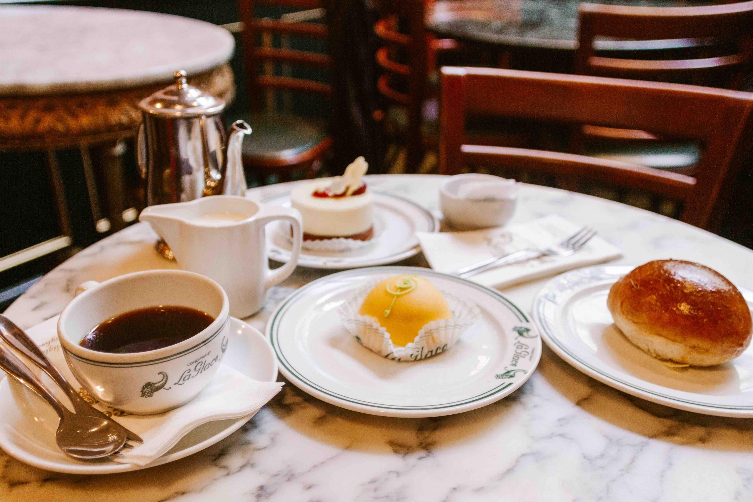 Dolci tradizionali danesi e tazza di caffè su tavolo di marmo bianco