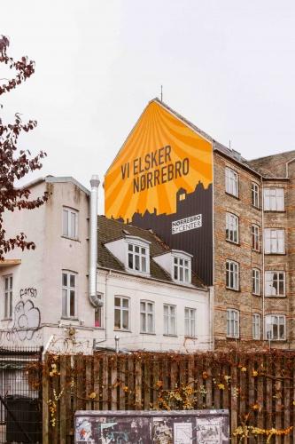 Casa con scritta colorata nel quartiere Norrobro